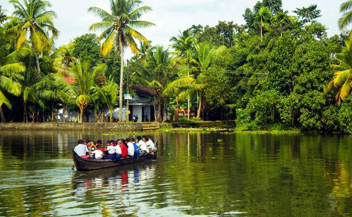 Μαθητές ταξιδεύουν με πλοίο στην Κεράλα, Ινδία