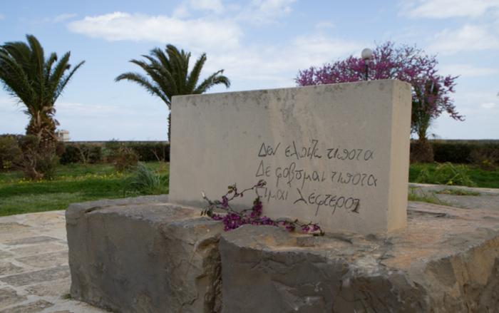 Βάρβαροι βεβήλωσαν τον τάφο του Νίκου Καζαντζάκη