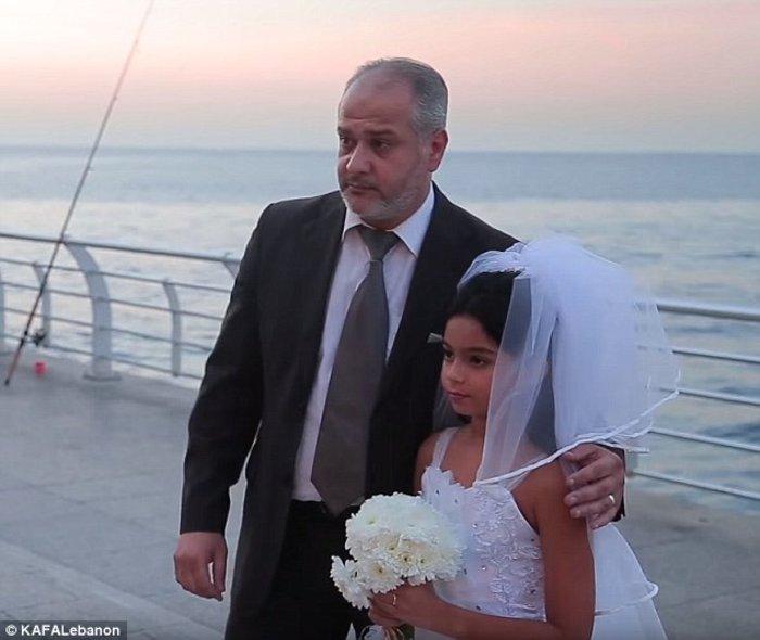 Ένας μεσήλικας παντρεύτηκε μια 12χρονη και περαστικοί έδωσαν συγχαρητήρια