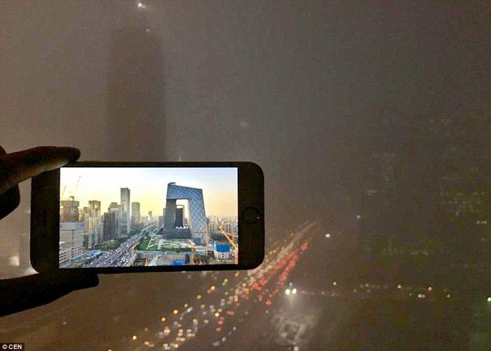 Μια τρίτη φωτογραφία του κτιρίου,στην οποία φαίνονται μόνο τα φώτα της κίνησης στο δρόμο