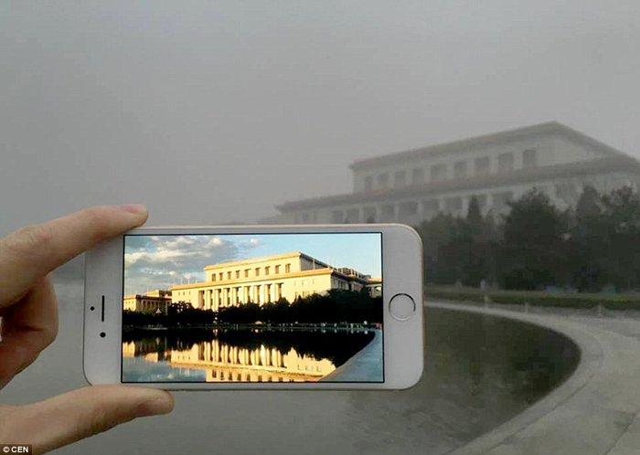 Ένα υπέροχο κτίριο στο Πεκίνο, εξαφανίστηκε μέσα στην ομίχλη