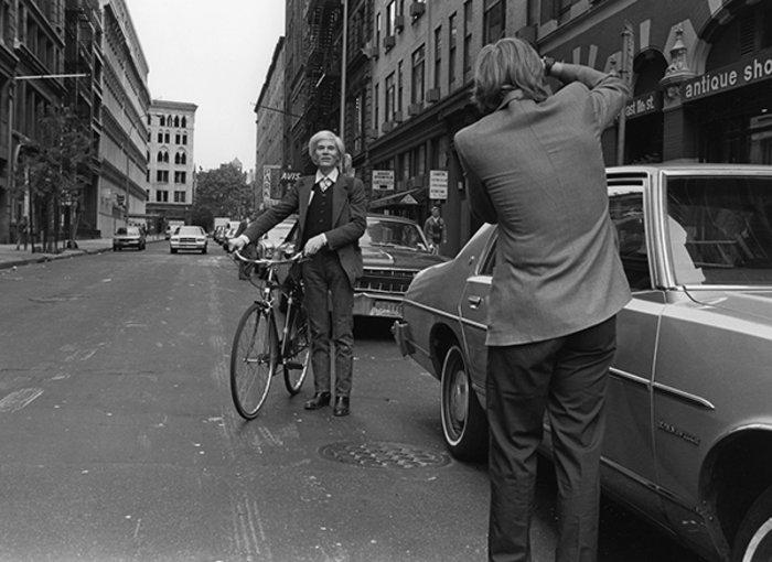 Η καθημερινότητα του Άντι Γουόρχολ σε σπάνιες και ανέκδοτες φωτογραφίες