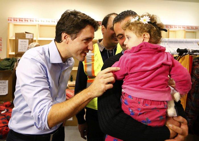 Εκεί που ο πρωθυπουργός υποδέχεται τους πρόσφυγες στο αεροδρόμιο - εικόνα 4