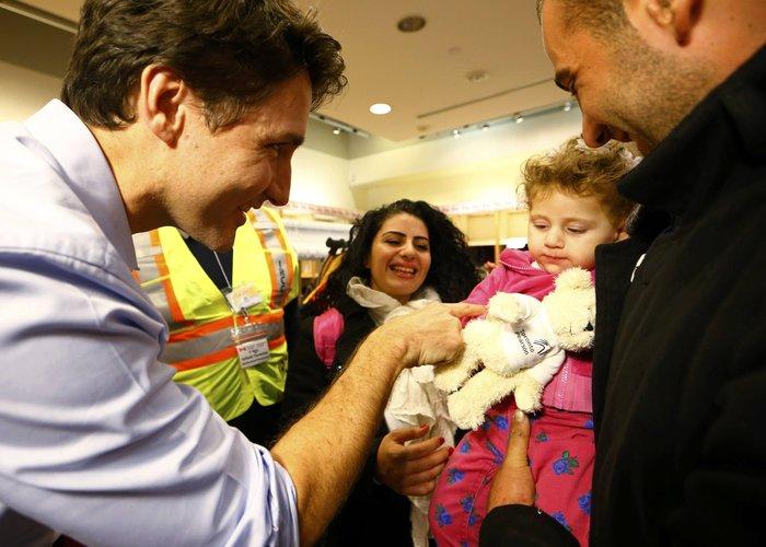 Εκεί που ο πρωθυπουργός υποδέχεται τους πρόσφυγες στο αεροδρόμιο - εικόνα 5