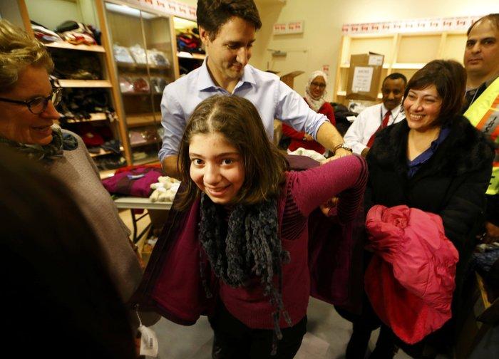 Εκεί που ο πρωθυπουργός υποδέχεται τους πρόσφυγες στο αεροδρόμιο - εικόνα 8
