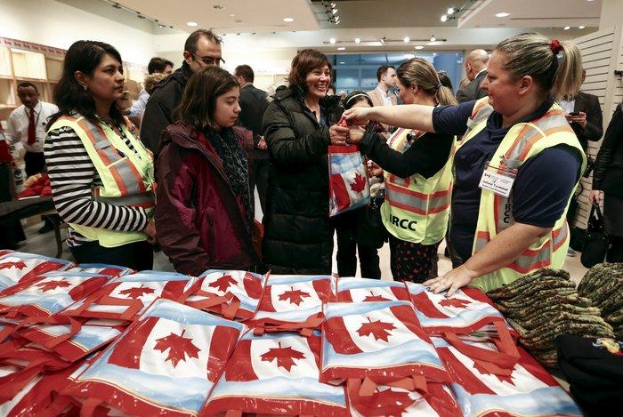 Εκεί που ο πρωθυπουργός υποδέχεται τους πρόσφυγες στο αεροδρόμιο - εικόνα 9