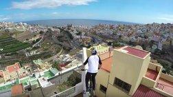 Απίστευτο : Κάνει ποδήλατο πάνω στις στέγες σπιτιών [Βίντεο]