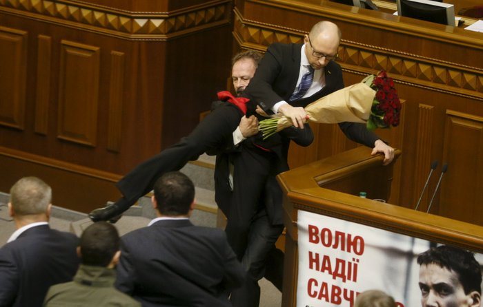 Βουλευτής πήρε...σηκωτό τον πρωθυπουργό και έγινε χαμός! [video]