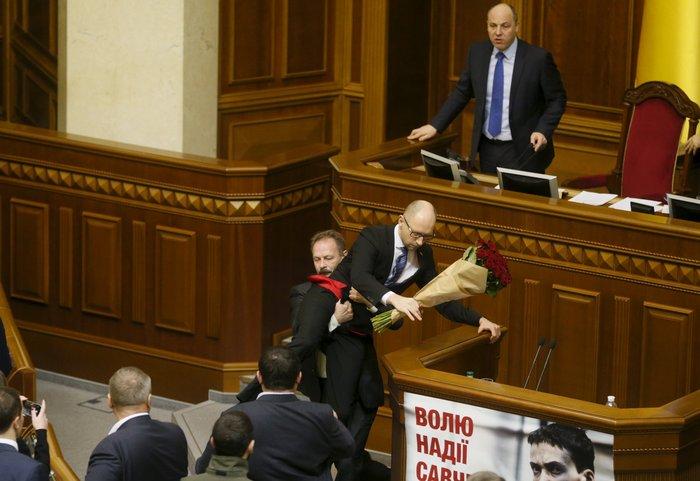 Βουλευτής πήρε...σηκωτό τον πρωθυπουργό και έγινε χαμός! [video] - εικόνα 2