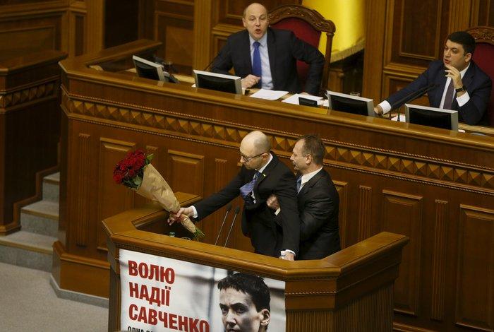 Βουλευτής πήρε...σηκωτό τον πρωθυπουργό και έγινε χαμός! [video] - εικόνα 3