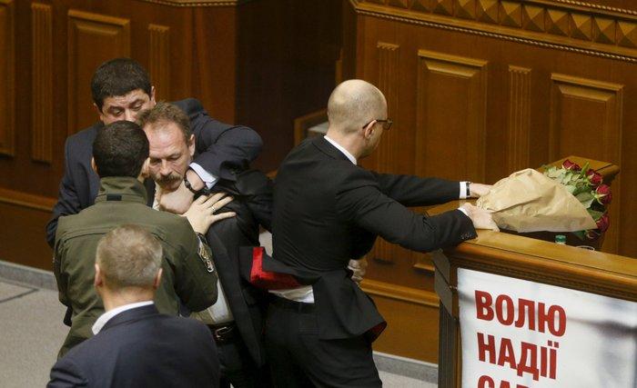 Βουλευτής πήρε...σηκωτό τον πρωθυπουργό και έγινε χαμός! [video] - εικόνα 4
