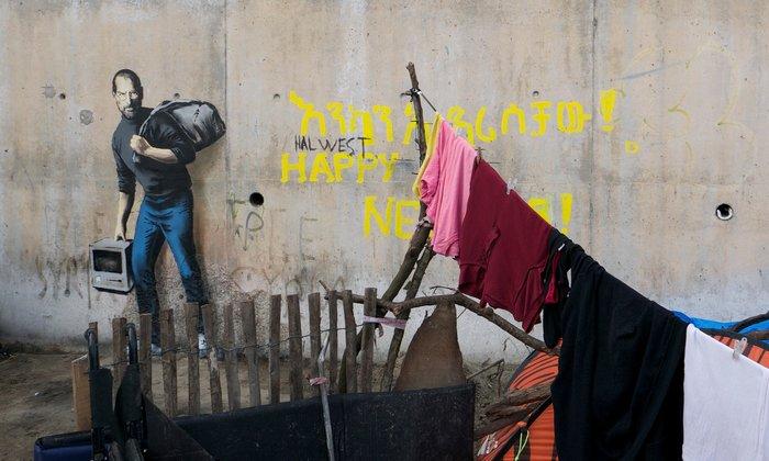 Στο νέο έργο του, ο Banksy υπενθυμίζει ότι η Apple είναι έργο ενός πρόσφυγα