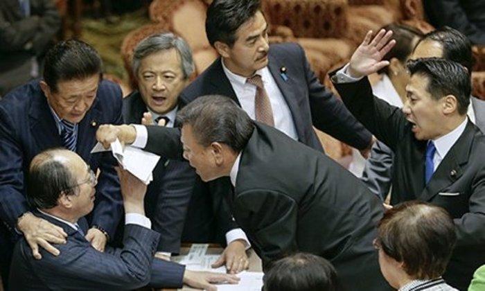 Οι επικές «συμπλοκές» στα κοινοβούλια του κόσμου! Δείτε βίντεο και φωτό! - εικόνα 17