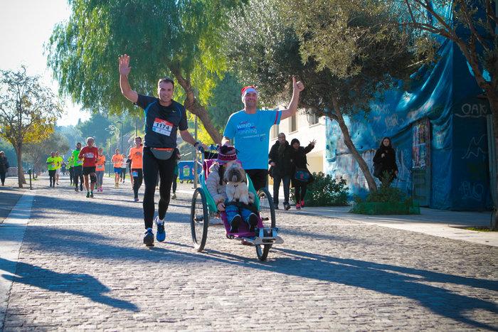 Ο Βασίλης Γερογιάννης, πατέρας της Μαριλένας (δεξιά), έτρεξε μαζί με την κόρη του (και το σκυλάκι της, τη Μαλού) που είναι σε αμαξίδιο. Στις ανηφόρες τον βοήθησε ο Αλέξανδρος (αριστερά)