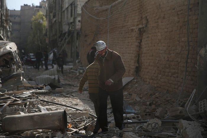 Βομβάρδισαν σχολείο στη Συρία, πληροφορίες για δεκάδες νεκρούς - εικόνα 2