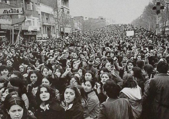 Ιραν 1979: Δεκάδες χιλιάδες γυναίκες διαδηλώνουν κατά της απόφασης να γίνει υποχρεωτική η μαντήλα χιτζάμπ. Η διαμαρτυρία τους δεν εισακούσθηκε.
