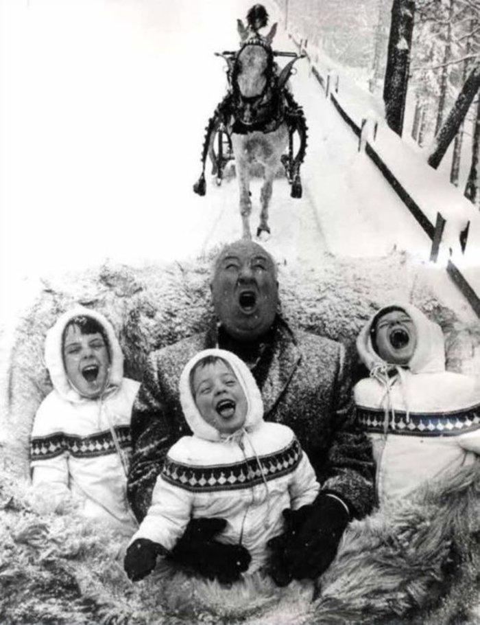1960: Ο Αλφρεντ Χίτσκοκ χαίρεται μια βόλτα με το έλκηθρο μαζι με τα τρία εγγόνια του.