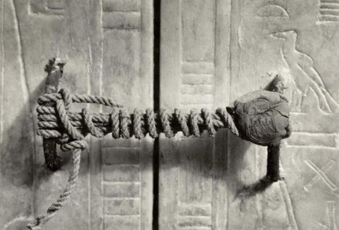 Αίγυπτος 1922: Η σφραγίδα του τάφου του Τουταγχαμών, όπως φωτογραφήθηκε την στιγμή της ανακάλυψής του. Αυτό το σχοινί κρατούσε την πόρτα κλειστή επί 3.245 χρόνια.