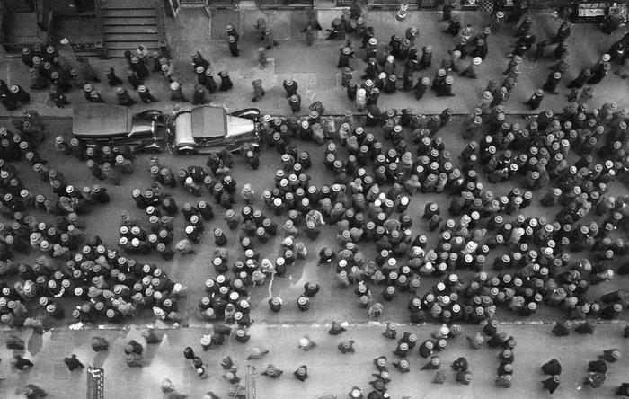 Νέα Υόρκη 1939: Ενας δρόμος της αμερικανικής μεγαλούπολης από ψηλά, τότε που κανένας δεν θα μπορούσε να διανοηθεί να βγει στο δρόμο χωρίς καπέλο.