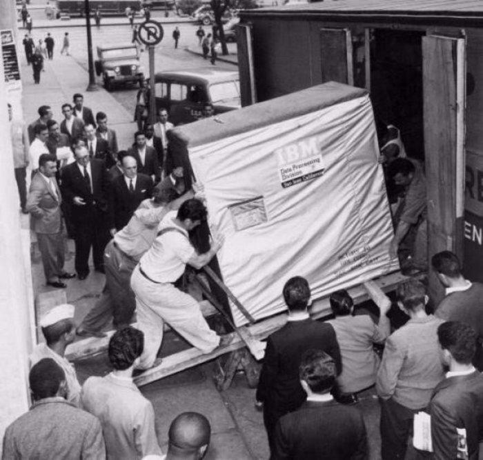 ΗΠΑ 1956: Ενας σκληρός δίσκος της IBM με χωρητικότητα... 5 ΜΒ φορτώνεται σε νταλίκα.Τα «στικάκια» δεν υπάρχουν ακόμη ούτε σε ταινίες επιστημονικής φαντασίας.
