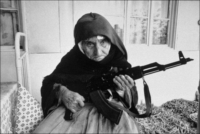 Αρμενία 1990: Ο πόλεμος στο Ναγκόρνο Καραμπάχ μαίνεται. Μια γυναίκα 106 ετών υπερασπίζεται το σπίτι της με ένα Καλάσνικοφ
