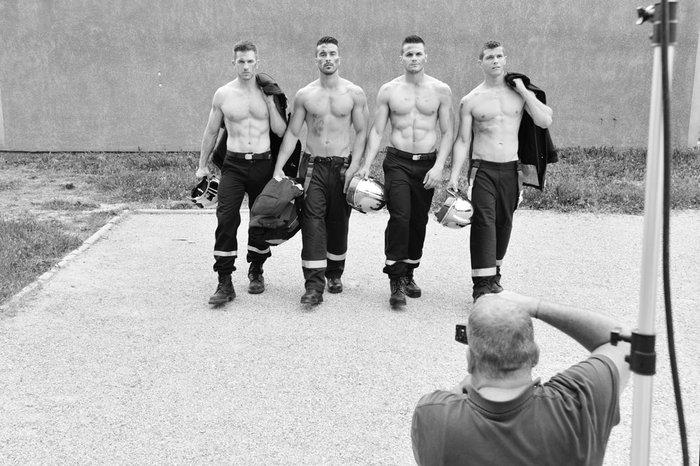 Αυτοί οι πυροσβέστες δεν σβήνουν, αλλά ανάβουν φωτιές!