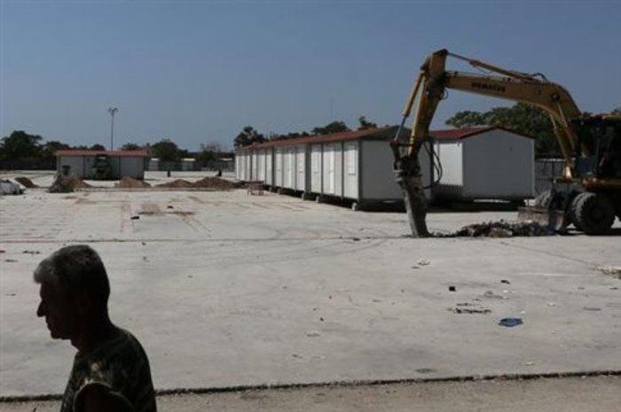«Θερμή» υποδοχή Τσίπρα από πρώην στελέχη του ΣΥΡΙΖΑ στο αεροδρόμιο της Χίου - εικόνα 8