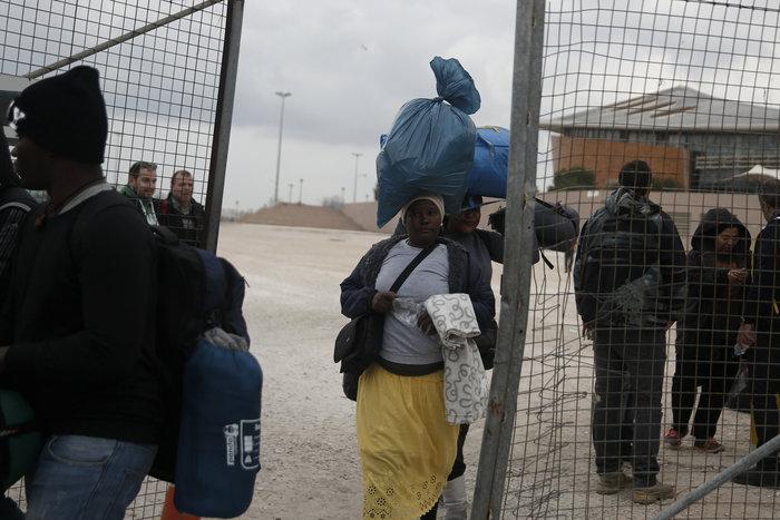 Αλαλούμ με τους πρόσφυγες: Γυαλιά-καρφιά το Χόκεϊ - εικόνα 5
