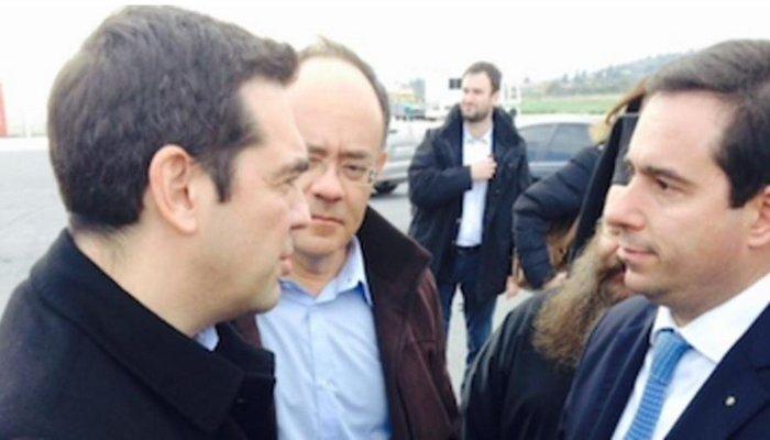 «Θερμή» υποδοχή Τσίπρα από πρώην στελέχη του ΣΥΡΙΖΑ στο αεροδρόμιο της Χίου - εικόνα 3