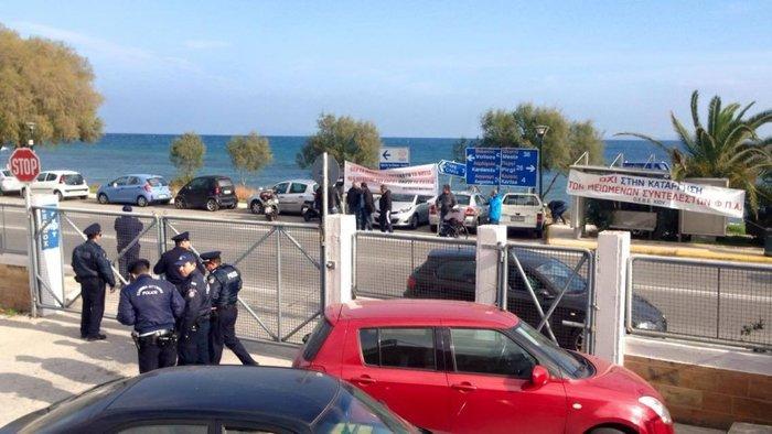 «Θερμή» υποδοχή Τσίπρα από πρώην στελέχη του ΣΥΡΙΖΑ στο αεροδρόμιο της Χίου