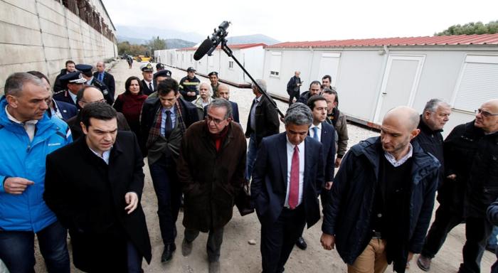 «Θερμή» υποδοχή Τσίπρα από πρώην στελέχη του ΣΥΡΙΖΑ στο αεροδρόμιο της Χίου - εικόνα 4