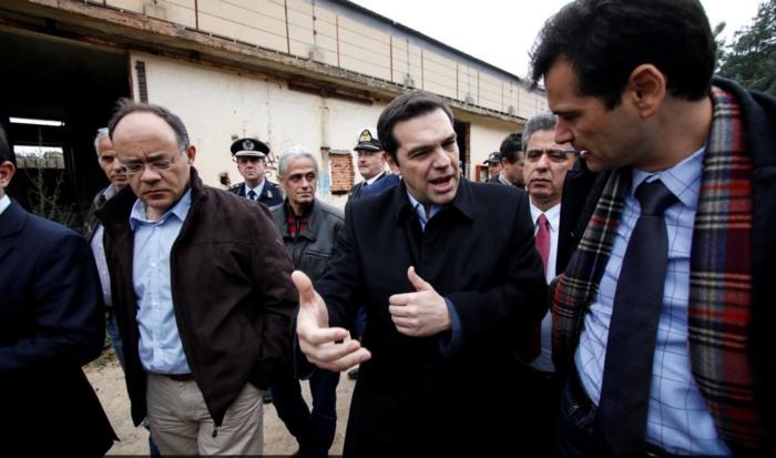 «Θερμή» υποδοχή Τσίπρα από πρώην στελέχη του ΣΥΡΙΖΑ στο αεροδρόμιο της Χίου - εικόνα 6