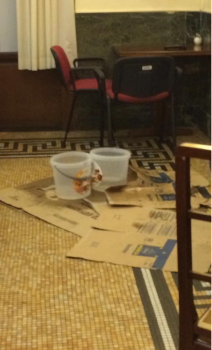 Επιστράτευσαν κουβάδες στη Βουλή γιατί στάζει η οροφή