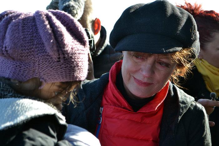 Με δάκρυα στα μάτια σώζει προσφυγόπουλα στη Λέσβο η Σούζαν Σάραντον