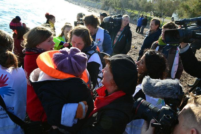 Με δάκρυα στα μάτια σώζει προσφυγόπουλα στη Λέσβο η Σούζαν Σάραντον - εικόνα 2