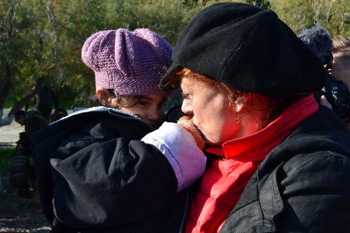 Με δάκρυα στα μάτια σώζει προσφυγόπουλα στη Λέσβο η Σούζαν Σάραντον - εικόνα 3