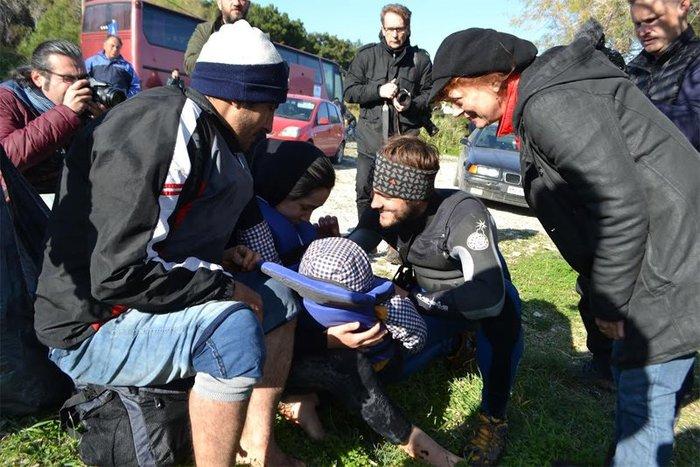 Με δάκρυα στα μάτια σώζει προσφυγόπουλα στη Λέσβο η Σούζαν Σάραντον - εικόνα 6