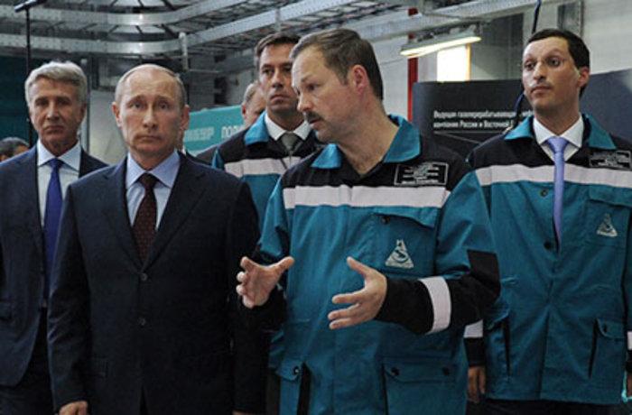 Ο Βλαντίμιρ Πούτιν σε μια επιίσκεψή του στην εταιρία Sibur. Δεξιά εμφανίζεται ο Κίριλ Σαμάλοφ, γαμπρός του προέδρου και μεγαλομέτοχος της εταιρίας.