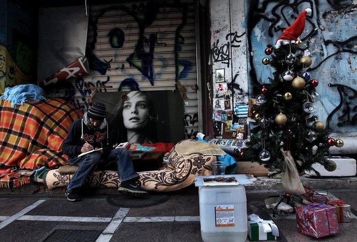 Ρεπορτάζ σε Telegraph για τον άστεγο της Σταδίου με Χριστουγεννάτικο δέντρο