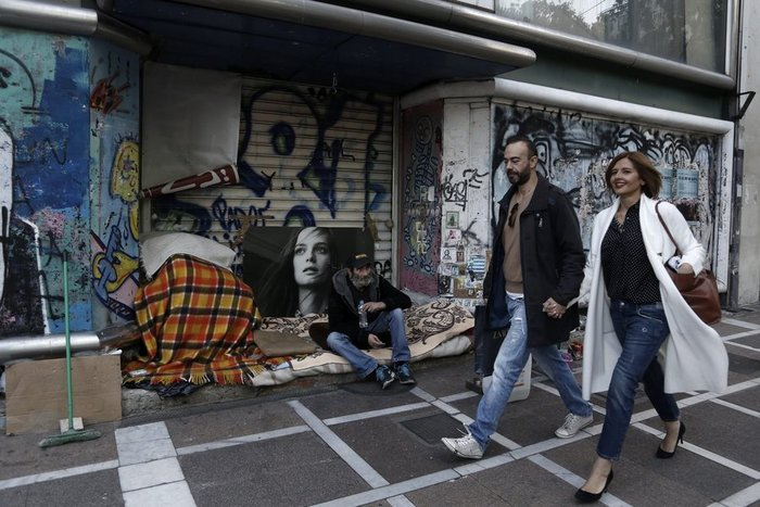 Ρεπορτάζ σε Telegraph για τον άστεγο της Σταδίου με Χριστουγεννάτικο δέντρο - εικόνα 2