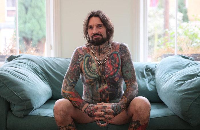 O ξυλουργός και οικοδόμος Matt Warner, 42 ετών, φωτογραφίζεται δείχνοντας τα Star Wars τατουάζ του στο Λονδίνο στις 29 Νοεμβρίου, 2015. «Το Star Wars είναι σαν το αγαπημένο μου συγκρότημα, το αγαπημένο μου αυτοκίνητο, το αγαπημένο μου κομμάτι της ζωής. Όποτε το χρειαστώ είναι εκεί για μένα... είναι ένας τρόπος ζωής, υποθέτω». Οι Star Wars χαρακτήρες αντιπροσωπεύουν το 90 τοις εκατό από τα τατουάζ που έχει. Φωτο: Paul Hackett / Reuters