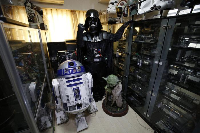 Ο φαν του Star Wars και επιχειρηματίας Testuyuki Nakagawa, 50 ετών, ντυμένος σαν Darth Vader, μπροστά από τη συλλογή του Star Wars στο σπίτι του στο Τόκιο της Ιαπωνίας, στις 24 Νοεμβρίου 2015. Ο Nakagawa δήλωσε ότι η σύζυγός του δεν μπορεί να καταλάβει γιατί αγοράζει τόσα πολλά lightsabers. Φωτο: Issei Kato / Reuters