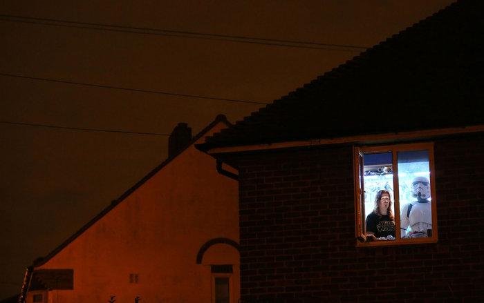 Ο γραφίστας και συλλέκτης Star Wars Julian Peacock, 44 ετών, φωτογραφίζεται ως Stormtrooper στο σπίτι του στο Νότιο Λονδίνο την 1η Δεκεμβρίου 2015. Ο Peacock είπε ότι πως το Star Wars είναι για εκείνον «μια απόδραση σε ένα ευτυχισμένο μέρος...» και ότι η αρραβωνιαστικιά του, τον ανέχεται και της αρέσει που ζει στον δικό του μικρό τρελό κόσμο με τα συλλεκτικά του παιχνίδια. Φωτο: Paul Hackett / Reuters