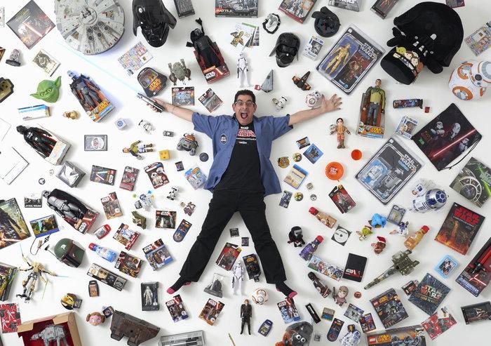 Ο 44χρονος συλλέκτης Τζέιμς Μπερνς, ποζάρει για μια φωτογραφία με ένα μέρος από τη συλλογή του στο Λονδίνο, στις 2 Δεκεμβρίου 2015. «Έχω γνωρίσει τόσους πολλούς υπέροχους ανθρώπους, σε όλο τον κόσμο. Οι άνθρωποι που ενδιαφέρονται για το Star Wars είναι μια θαυμάσια κοινότητα. Δεν υπάρχει τίποτα άλλο σαν αυτό.» Φωτο: Paul Hackett / Reuters