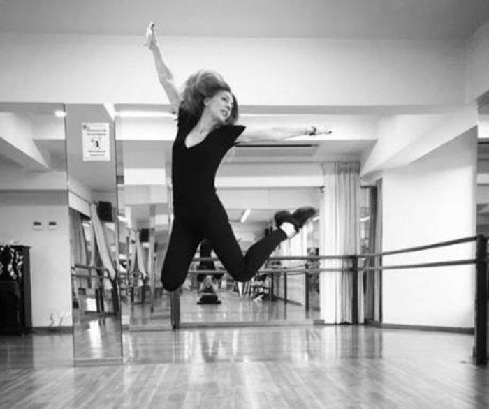 Η Σμαράγδα Καρύδη χορεύει και το χαίρεται. Δείτε γιατί