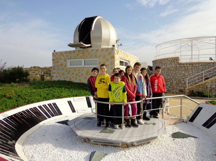 Μέσω του προγράμματος «Μαθαίνουμε Παρέα», στο Δημοτικό Σχολείο Έμπωνα Ρόδου, τα παιδιά εξερεύνησαν το διάστημα και έμαθαν βασικές αρχές αστρονομίας.