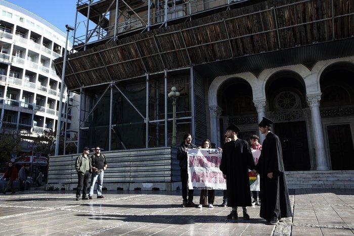 Διαμαρτυρία με φιλιά μπροστά στη Μητρόπολη Αθηνών για το Σύμφωνο Συμβίωσης