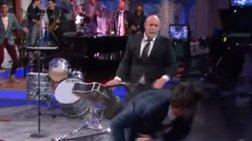 Ο σκληρός Μπρους Γουίλις σπάει στον ξύλο παρουσιαστή