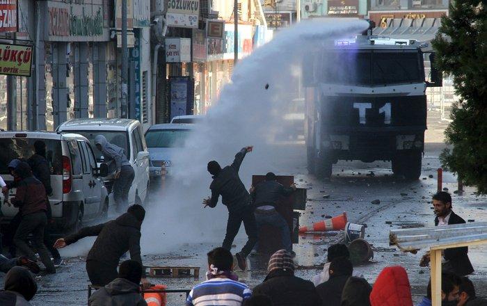 Μάχες στους δρόμους του Ντιγιάρμπακιρ για την απαγόρευση της κυκλοφορίας