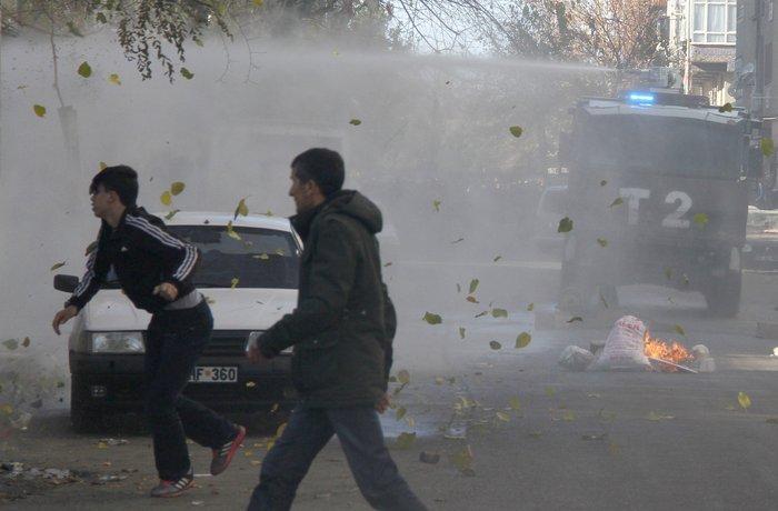 Μάχες στους δρόμους του Ντιγιάρμπακιρ για την απαγόρευση της κυκλοφορίας - εικόνα 2